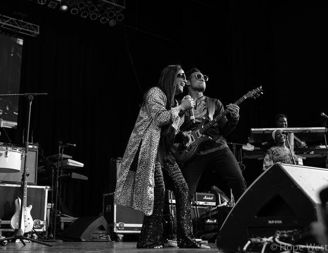 Sheila E. performing with guitarist Mychael Gabriel at Kiss 104.1 Flashback Festival