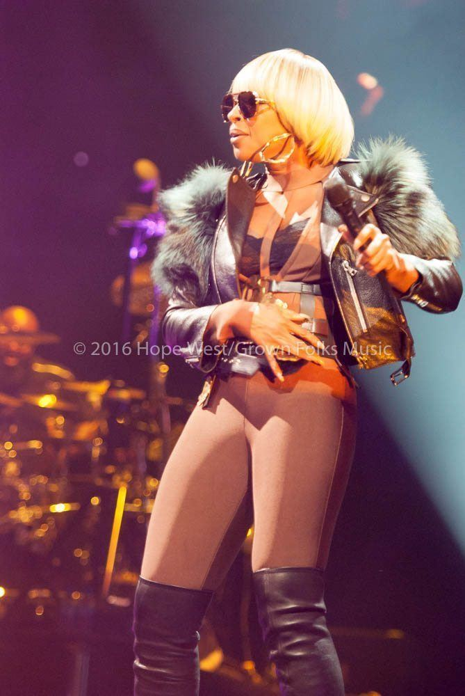 Mary J Blige performing at the Philips Arena on the King & Queen of Hearts World Tour (2016)