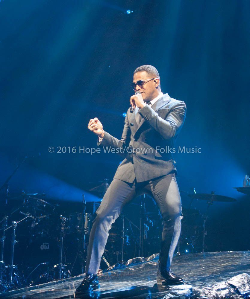 Maxwell performing at the Philips Arena on the King & Queen of Hearts World Tour (2016)